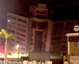 На Тайване эвакуируют людей из накренившегося отеля