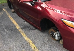 В дилерском центре Toyota воры разули 12 новых авто, оставив вместо колес камни