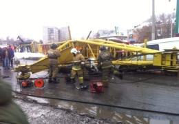 В Омске башенный кран рухнул на проезжавшие автомобили