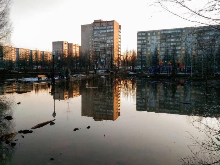 В Кирове после благоустройства парк затопило, треснул асфальт и все залило бурой грязью