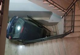 Пьяный водитель очутился на лестничном пролете жилого дома