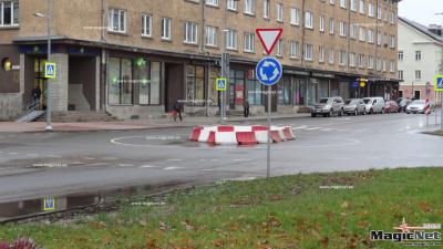 """""""Зеркало"""": водители игнорируют правила на новом круговом перекрестке в Нарве"""