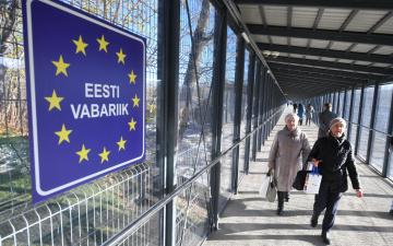 """Вопреки запретам: через пограничный пункт """"Нарва-2"""" все чаще несут коммерческие товары"""
