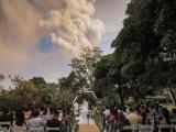 На Филиппинах провели свадебную церемонию на фоне извергающегося вулкана Тааль