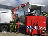 Как нужно тушить электромобили: пожарные бросили горящий BMW i8 в контейнер с водой