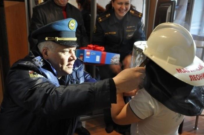 В Петропавловске-Камчатском пожарные поздравили с Днем рождения 7-летнего мальчика Лёню