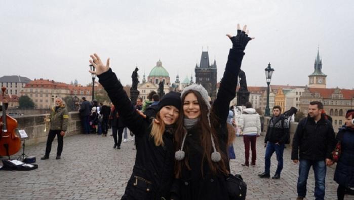 Юные нарвитянки заняли призовые места на конкурсе вокалистов в Праге