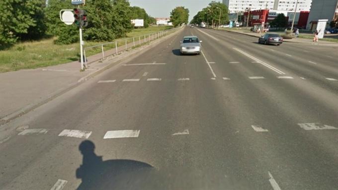 В Нарве на пешеходном переходе автомобиль сбил женщину и скрылся с места ДТП