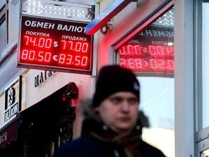 Рубль вырос вслед за нефтью: евро упал ниже 81 рубля, доллар - ниже 74 рублей