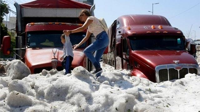 В Мексике город покрылся полутораметровым слоем льда из-за аномального града
