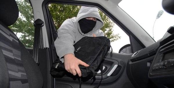 Полиция предупреждает об участившихся в Нарве кражах из автомобилей