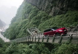 Range Rover Sport въехал на лестницу из 999 ступеней в Китае