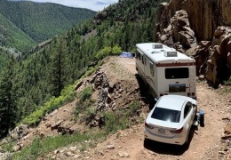 Владелец автодома застрял на горной дороге и неделю ждал помощи, ночуя на улице