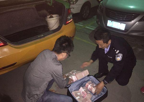 Мужики забыли в багажнике такси миллион наличкой