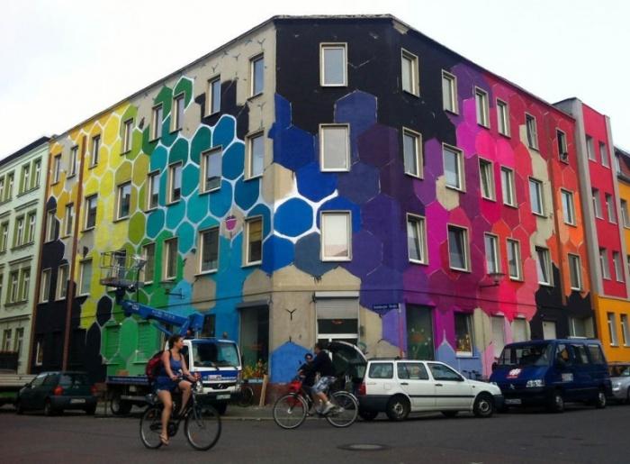 Яркие соты на фасаде обычного здания