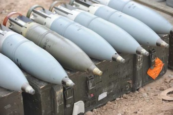 В Польше грузовик армии США рассыпал танковые снаряды и заблокировал дорогу