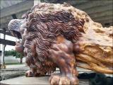 Лев, вырезанный из цельного дерева