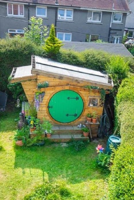 Плотник исполнил мечту детства и построил хоббитскую нору