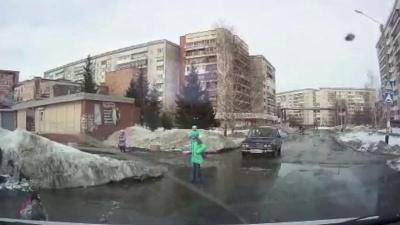 Ребенок провалился в яму на дороге