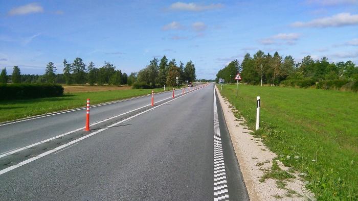 Решение: резиновые столбики будут препятствовать обгонам на участке шоссе Таллинн - Нарва