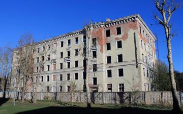 Нарвитян зовут помочь заделать оконные проемы в заброшенном общежитии на улице Космонавтов