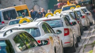Смягчающий языковые требования к таксистам законопроект поступает в Рийгикогу