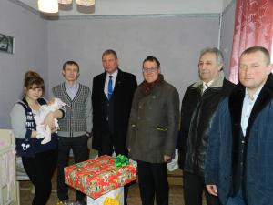 Власти Нарвы и Ивангорода поздравили первую новорожденную 2017 года в Ивангороде