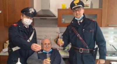 Одинокий дедушка попросил полицейских провести с ним несколько минут на Рождество