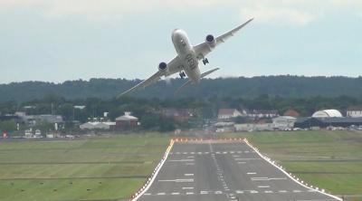 "Boeing 787 ""Dreamliner"" выполняет трюки в воздухе"