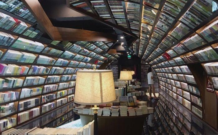 «Бесконечный» книжный тоннель в китайской библиотеке