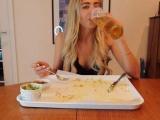 Девушка поглощает огромные порции еды и не поправляется