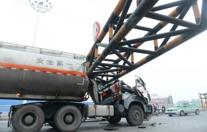 В Китае бензовоз врезался в ограничитель высоты