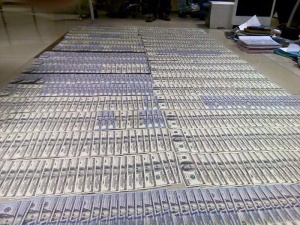 Замгенпрокурора Украины Давид Сакварелидзе опубликовал фото денег, найденных в ходе обысков в прокуратуре