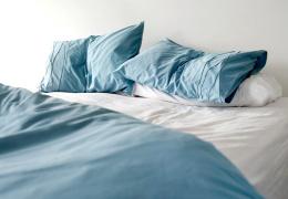 Решив продать дом, британская пара обнаружила, что половина их спальни принадлежит соседу