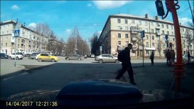 Пешеход уронил светофор