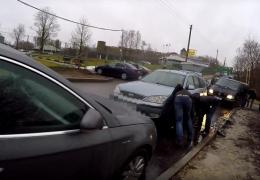 В Ивангороде на границе ночью порезали колеса десяткам припаркованных автомобилей