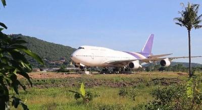 Тайские жители очень удивились, когда BOEING 747 появляется в одночасье в поле возле их домов
