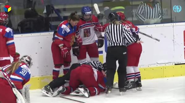 Российские и чешские хоккеистки устроили жесткую драку на чемпионате мира