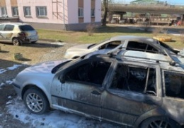 Полиция просит помочь найти поджигателей автомобилей в Нарве