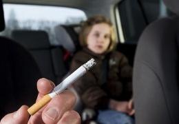 Минсоцдел намерено штрафовать на 800 евро за курение в автомобиле в присутствии несовершеннолетних
