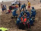 Парня, закопанного в песок на пляже, доставали спасатели