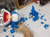 Кошка уронила фигурку Дораэмона из 2432 деталей