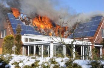 У Tesla загорелись и солнечные панели