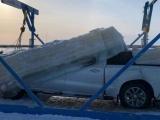 Команда из трех человек вытащила тяжелый пикап, вмерзший в реку на два месяца