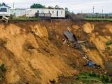 Из-за огромного оползня в Великобритании дома чуть не упали с обрыва