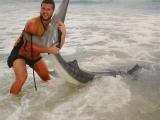 Молодой человек сумел поймать тигровую акулу голыми руками