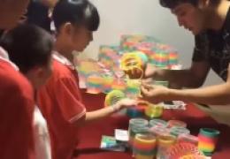 Продавец показывает эффектные трюки с пружинкой-радугой