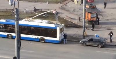 """В Питере водитель привязал """"восьмерку"""" к троллейбусу, чтобы завести: авто уехало без него и попало в ДТП (ВИДЕО)"""