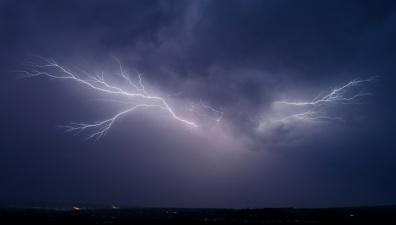 МЧС предупреждает: на Москву идут молнии, сильный ветер и ливень