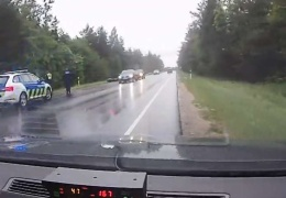 Разогнавшийся почти до 170 км/ч мотоциклист упал, увидев полицию
